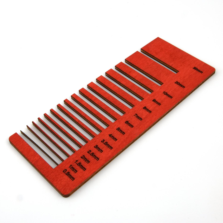 Découpe laser de précision sur une surface peinte en rouge